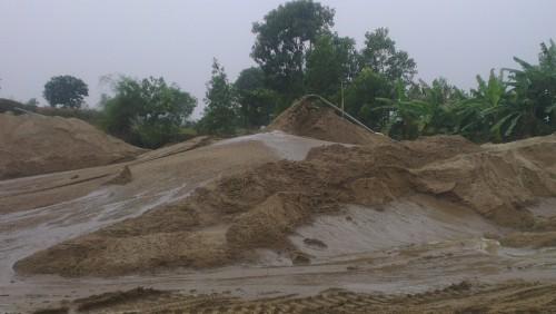 Việc bơm hút, tập kết cát diễn ra một cách ngang nhiên. (Ảnh: Thu Thủy- Anh Tú)