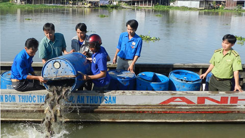 Thả cá để tái tạo nguồn lợi thủy sản. (Ảnh: Nhân Dân)