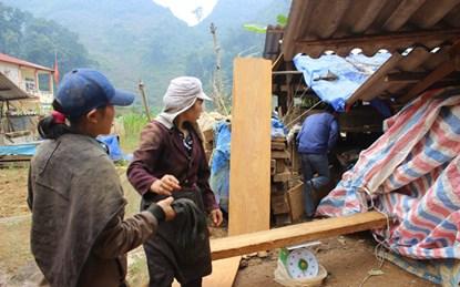 """Điểm tập kết gỗ nghiến sau nhà ông Triệu. Mỗi kg nghiến vận chuyển từ trên núi xuống, phu nghiến được """"đầu nậu"""" trả 2.500 đồng. (Ảnh: V.T)"""