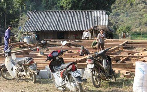 Một nhà sàn đang dựng lên tại thôn Tà Lèng, xã Minh Tân (Vị Xuyên, Hà Giang), thuộc vùng lõi KBT Thiên nhiên Phong Quang. Ảnh: V.T