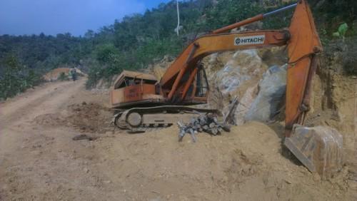 Máy móc được đánh về sườn đồi ngay sau khi PV phản ánh vụ việc với chính quyền xã. (Ảnh: Tài nguyên & Môi trường)