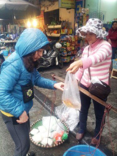 Bán cá dạo ở phố giá dao động từ 10.000 đến 15.000 đồng/con. (Ảnh: Nguyễn Hưởng)