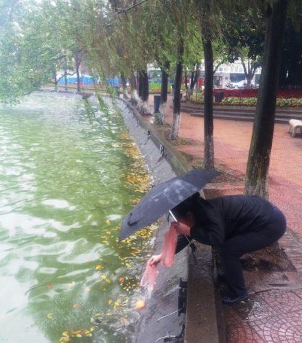 Người dân thả cá chép tại hồ Hoàn Kiếm. (Ảnh: Nguyễn Hưởng)