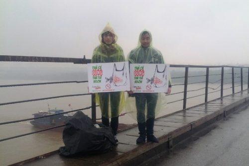 """Nhóm các bạn trẻ này đã làm việc từ ngày 7-2 với thông điệp """"Thả cá, xin đừng thả túi nilon"""". (Ảnh: Nguyễn Hưởng)"""