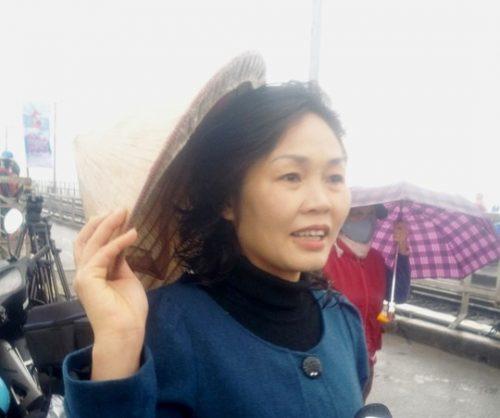 """Chị Hồng, ở phố Hàng Đậu, quận Hoàn Kiếm, Hà Nội, cho biết: """"Biết có đội tình nguyện từ năm ngoái nên hôm nay lên đi bộ lên đây nhờ các bạn thả cá giúp. Việc làm của các bạn sinh viên tại đây thật sự rất có ý nghĩa, giúp người dân Hà Nội có ý thức hơn trong việc xử lý rác thải"""". (Ảnh: Nguyễn Hưởng)"""