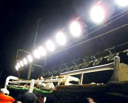 Đèn led được lắp cho tàu đánh bắt thủy sản. (Ảnh: Báo Phú Yên)