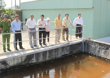 Đoàn công tác kiểm tra tại Nhà máy xử lý nước thải. (Ảnh: soctrang.gov.vn)