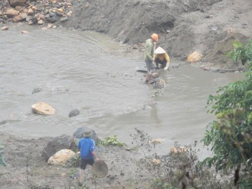 Lợi dụng mùa nước cạn, người dân đã ra suối Nậm Huống để đào đãi quặng thiếc. (Ảnh: Thanh Tâm)