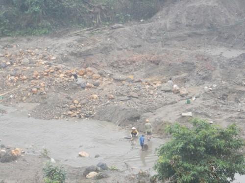 Hiện tượng trên đã làm thay đổi dòng chảy khe suối, nhiều hầm hố xuất hiện. (Ảnh: Thanh Tâm)