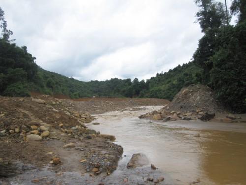 Nước suối Nậm Huống, Nậm Tôn và sông Dinh luôn có màu đỏ quạch, ô nhiễm nghiêm trọng. (Ảnh: Thanh Tâm)