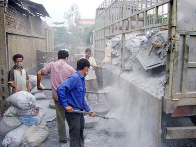 Sản xuất theo phương thức thủ công khiến các làng nghề đối mặt với ô nhiễm nặng. (Ảnh: dangcongsan.vn)