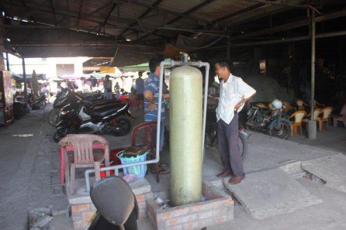 Trạm xử lý nước thải chợ Ngã Bảy nằm đắp chiếu nhiều tháng qua. (Ảnh: Minh Hùng)