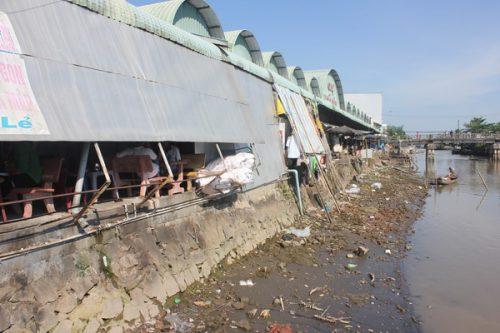 Hàng ngàn m3 nước thải không qua xử lý đổ thẳng ra sông Cái Côn gây ô nhiễm. (Ảnh: Minh Hùng)