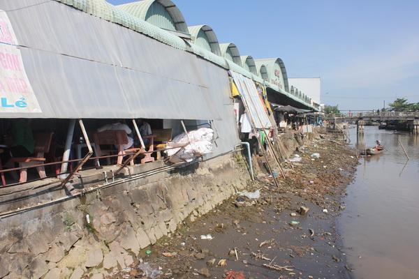 """Trạm xử lý nước thải chợ Ngã Bảy """"đắp chiếu"""", hàng ngàn m3 nước thải đổ thẳng ra sông"""