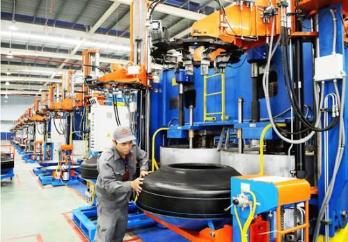 Nhiều doanh nghiệp đã đổi mới dây chuyền sản xuất để tiết kiệm năng lượng. (Ảnh: Cao Thăng)