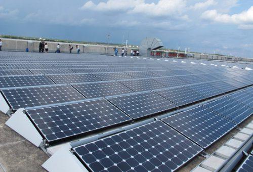 Hệ thống điện mặt trời được đặt trên tầng mái của nhà máy Intel, khu Công nghệ cao TPHCM. (Ảnh minh họa: chinhphu.vn)