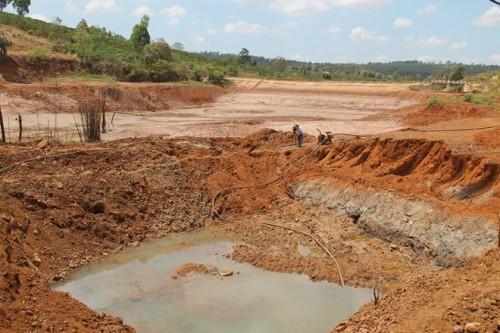 Đào ao dưới đáy hồ chứa nước Kring - xã Ea Sin, huyện Krông Búc - để lấy nước cứu cây trồng. (Ảnh: Đ.T.K)