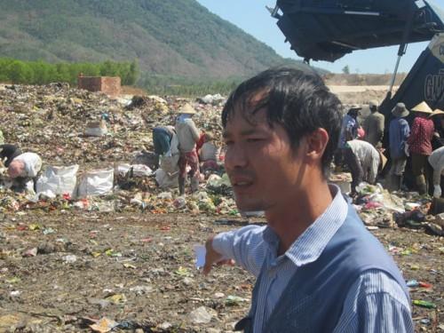 """Anh Toàn: """"Tôi phát hiện một thiết bị giống thiết bị phóng xạ từ tháng 5 - tháng 7.2014 tại bãi rác này"""". (Ảnh: A.C-L.N)"""