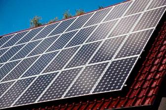 Pin tích trữ năng lượng khai thác vào ban ngày bằng các tấm pin mặt trời gắn trên mái nhà.