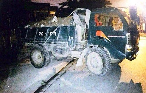 Bắt quả tang tài xế đổ trộm phế thải xây dựng ra vỉa hè