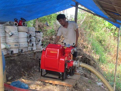Cán bộ kiểm lâm kiểm tra hoạt động của máy bơm phòng chống cháy rừng tràm U Minh Hạ. (Ảnh: Duy Nhân)