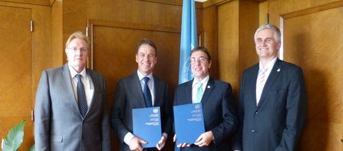 Giám đốc Điều hành Chương trình Môi trường Liên hợp quốc (UNEP), Achim Steiner (thứ ba từ trái sang), và Thư ký điều hành Ủy ban Kinh tế châu Âu thuộc Liên hợp quốc (UNECE), Christian Friis Bach (thứ hai từ trái sang) tại lễ ký kết. (Ảnh: unep.org)