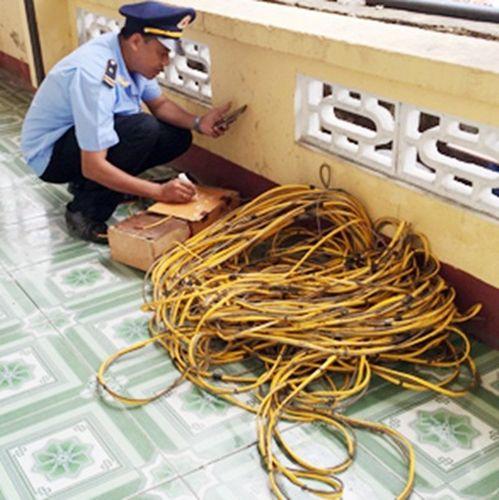 Tang vật hộp và dây kích điện dùng để đánh bắt thủy hải sản trên Vịnh Hạ Long (Ảnh: Phạm Phong)