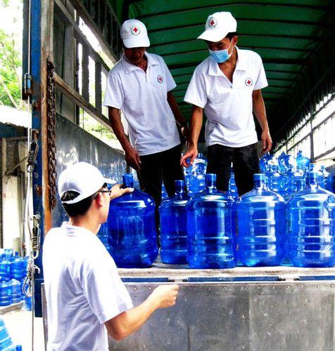 Cứu trợ nước tinh khiết cho người dân vùng hạn hán ở Ninh Thuận