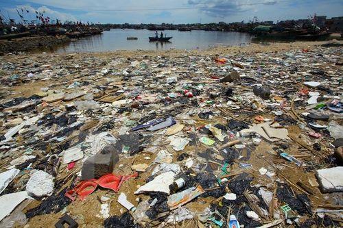 Bãi biển ở tỉnh Hải Nam, Trung Quốc bị ô nhiễm với rác thải. (Nguồn: AFP/TTXVN)