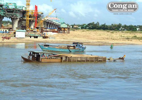 Ngay cả các thuyền được cấp phép khai thác, ban ngày chở thuê cho doanh nghiệp thi công công trình, nhưng ban đêm có thể lại đi hút trộm cát trên sông Thu Bồn. (Công an TP Đà Nẵng)