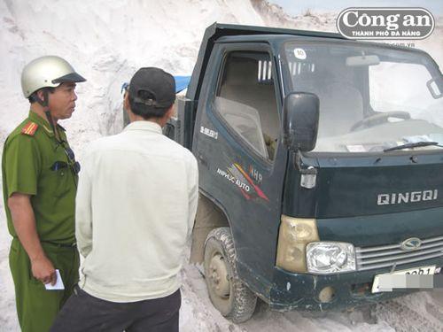 Cảnh sát môi trường CATP Đà Nẵng phát hiện, tạm giữ một trường hợp khai thác cát trái phép tại KCN Hòa Khánh. (Ảnh: Công an TP Đà Nẵng)