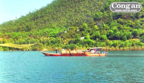 Một thuyền khai thác cát trái phép trên sông Cu Đê bị CAX Hòa Liên phát hiện, xử lý. (Ảnh: Công an TP Đà Nẵng)