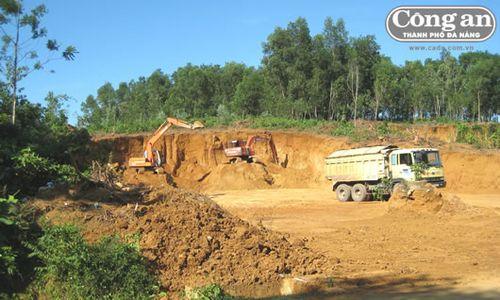 Hiện trường một mỏ khai thác đất đồi trái phép bị phát hiện. (Ảnh: Công an TP Đà Nẵng)