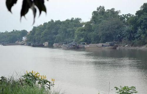 """Một điểm """"tập kết"""" tàu, thuyền hút cát trên sông Thu Bồn.(Ảnh: Công an TP Đà Nẵng)"""