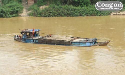 """Cứ mỗi lần lực lượng chức năng vào cuộc kiểm tra thì những chiếc thuyền đầy ắp cát như thế này lại """"vắng bóng"""" trên sông Thu Bồn. (Ảnh: Công an TP Đà Nẵng)"""