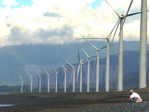 Những tuabin gió tại vịnh Bangui, tỉnh Ilocos Norte, miền Bắc Phillipines. (Ảnh: AFP/TTXVN)