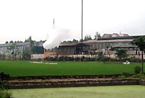 Cảnh Nhà máy in báo Thanh Hoá xả thải ra môi trường  không thông qua hệ thống ống khói (ảnh cắt từ video người dân cung cấp)