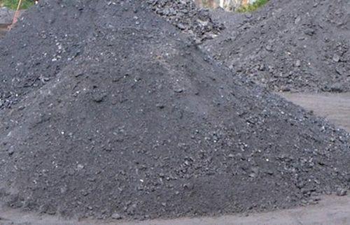Lực lượng chức năng phát hiện những bãi than tại hiện trường. (Ảnh: Dân Việt)
