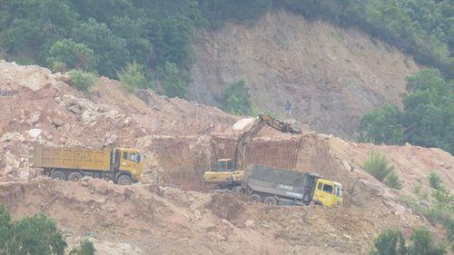 Máy xúc, máy ủi đang thi nhau bới móc đất đồi. (Ảnh: Hà Thúy)