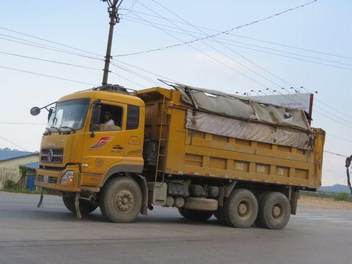 Xe tải chở đất ra đường. (Ảnh: Hà Thúy)