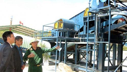 Các kỹ sư kiểm tra quá trình vận hành của nhà máy. (Ảnh: Nhân Dân)