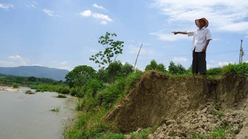 Thủy điện An Khê - Kanak xả nước gây sạt lở, mất hàng chục hecta đất canh tác của người dân. (Ảnh: Anh Tú)