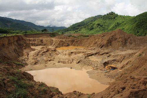 Bờ sông Cái (xã Cà Dy, huyện Nam Giang, Quảng Nam) bị đào xới tan hoang vì nạn khai thác vàng trái phép. (Ảnh Dương Văn Thọ/ PanNature)