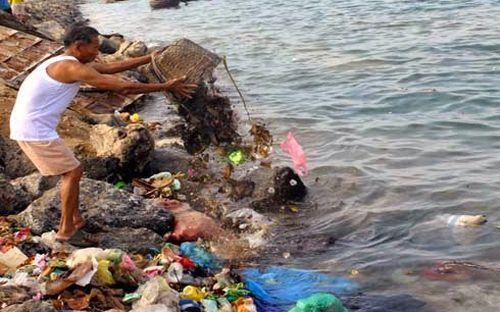 Dân Lý Sơn đổ rác xuống biển. (Ảnh: VOV.VN)