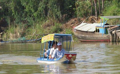 Chạy thử nghiệm thuyền du lịch bằng năng lượng mặt trời. (Ảnh: Giáo dục Thời đại)