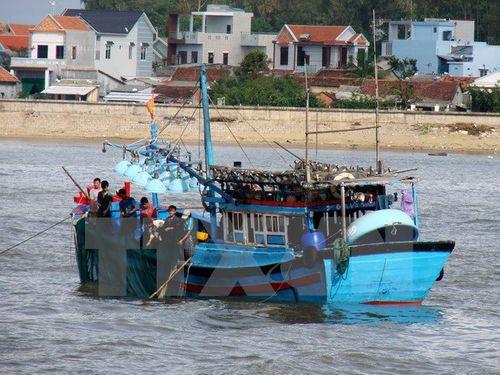 Ngư dân Quảng Ngãi chuẩn bị ngư lưới cụ cho chuyến đi biển. (Ảnh: Phước Ngọc/TTXVN)