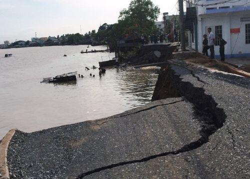Hiện trường vụ sạt lở nghiêm trọng tại tuyến đường Võ Tánh (quận Cái Răng, TP.Cần Thơ) ngày 26.5. (Ảnh: T.LƯU)