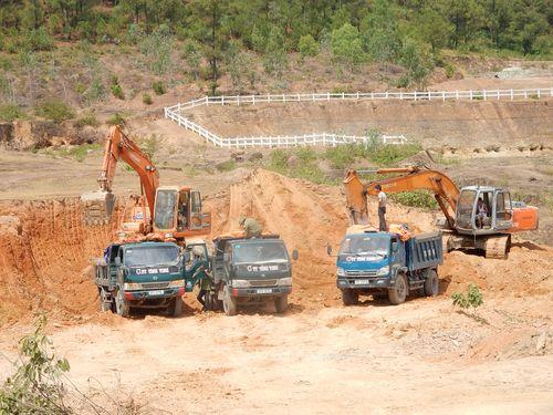 Bắt vụ khai thác đất trái phép quy mô lớn