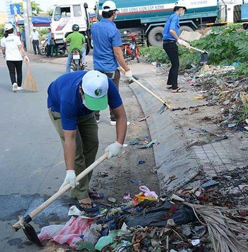 Các tình nguyện viên tham gia dọn sạch đường phố tại sự kiện do Sở TN&MT TP.HCM tổ chức. Ảnh: Ngọc Châu