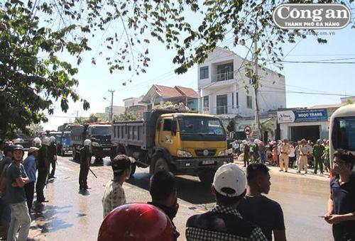 Người dân Đà Sơn tiếp tục chặn các xe tải chở đất đá gây ô nhiễm môi trường
